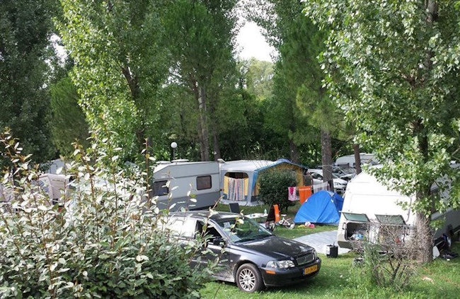 emplacements ombrages camping graniers